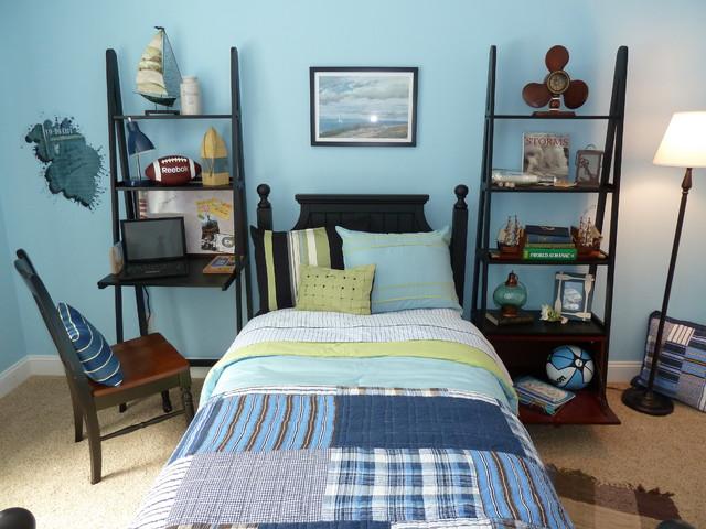 Простая мебель в комнате подростка