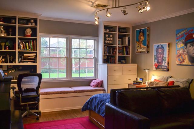 Интерьер комнаты для подростка с диваном и тахтой у окна